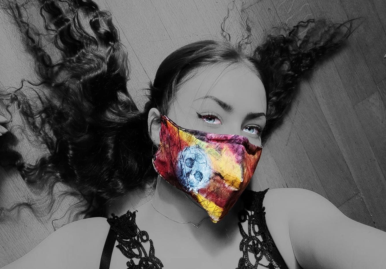 Käsinmaalattu maski